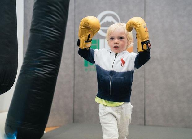 Đăng loạt ảnh lên trang cá nhân có hơn 37 triệu lượt theo dõi, võ sĩ nổi nhất thế giới bị cậu con trai 3 tuổi chiếm trọn spotlight vì quá ngầu - Ảnh 6.