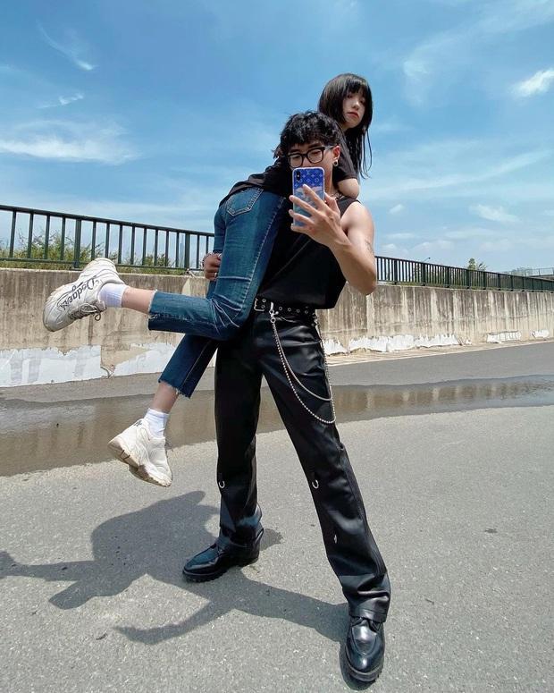 Tụi yêu nhau lại có trend vác bồ pose ảnh: Nam thì khoe sức mạnh, nữ khoe chân dài - Ảnh 3.