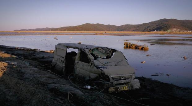 Cơn ám ảnh thảm họa sóng thần 2011 của người Nhật được làm thành phim vừa rợn gáy - vừa đau thắt lòng - Ảnh 8.
