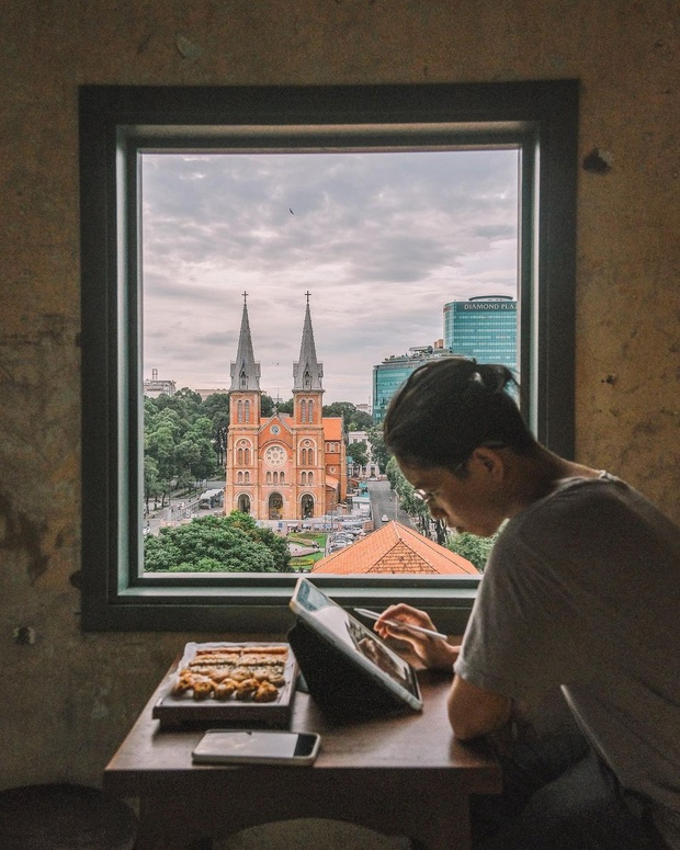 """Sài Gòn xuất hiện quán cà phê có ô cửa sổ nhìn thẳng ra nhà thờ Đức Bà tuyệt đẹp, dự là sẽ """"gây bão"""" ầm ầm cho xem! - Ảnh 1."""