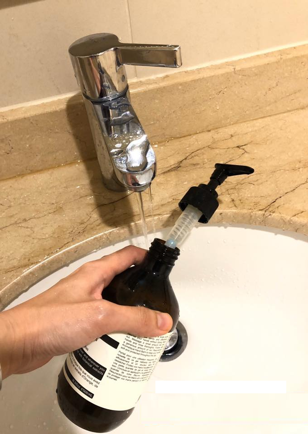 Thói quen dùng cố chai dầu gội, nước rửa bát, sữa tắm có thể sinh ra vi khuẩn gây hại cho cả gia đình - Ảnh 1.