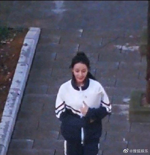 Dương Dương - Địch Lệ Nhiệt Ba diện đồ học sinh cực yêu ở phim trường nhưng netizen lại réo tên Trịnh Sảng - Ảnh 5.