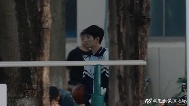Dương Dương - Địch Lệ Nhiệt Ba diện đồ học sinh cực yêu ở phim trường nhưng netizen lại réo tên Trịnh Sảng - Ảnh 1.