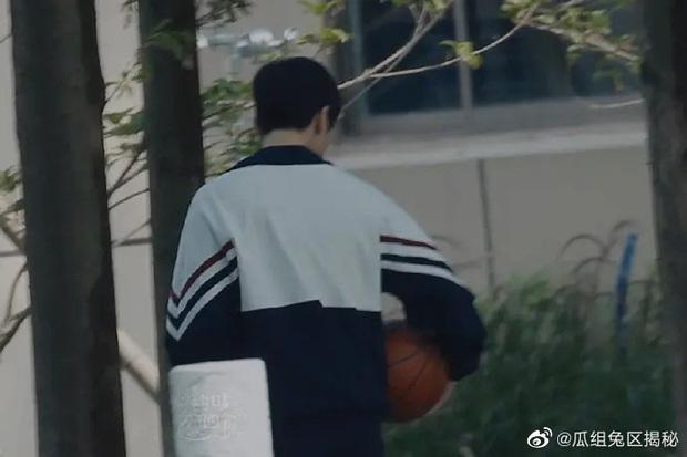 Dương Dương - Địch Lệ Nhiệt Ba diện đồ học sinh cực yêu ở phim trường nhưng netizen lại réo tên Trịnh Sảng - Ảnh 4.
