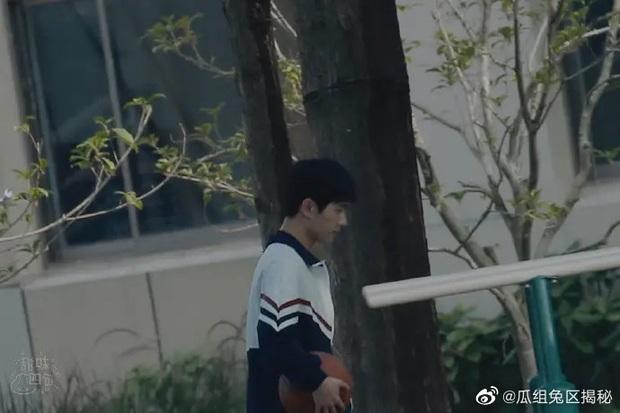 Dương Dương - Địch Lệ Nhiệt Ba diện đồ học sinh cực yêu ở phim trường nhưng netizen lại réo tên Trịnh Sảng - Ảnh 2.