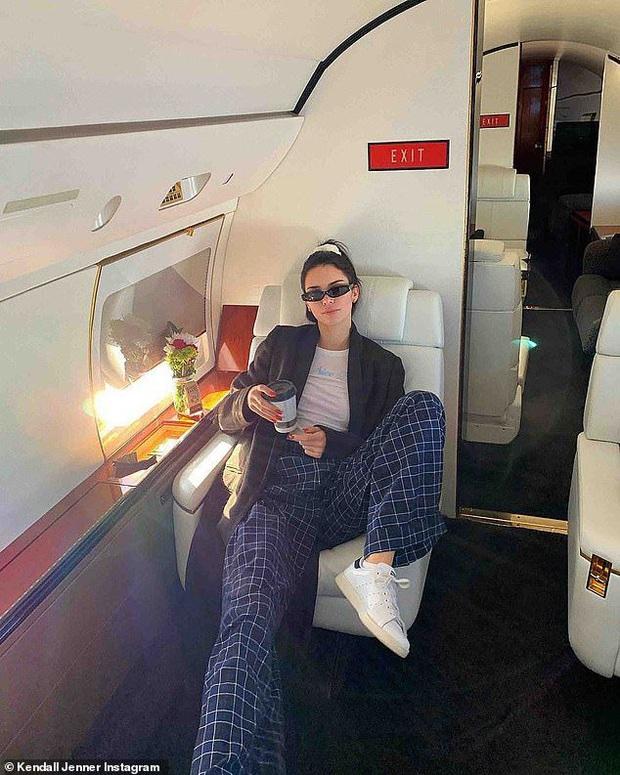 Siêu mẫu đắt giá Kendall Jenner thu về 12 triệu view với clip 10s khoe body, ai dè fan chỉ dán mắt vào phi cơ đằng sau - Ảnh 7.