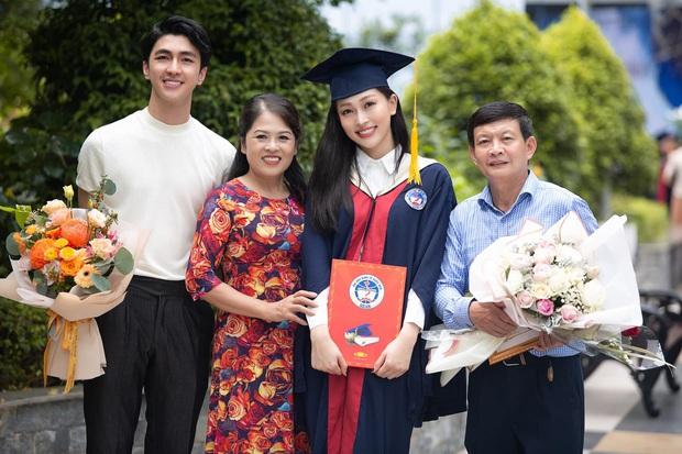 Lễ tốt nghiệp của Á hậu Phương Nga: Nhận bằng xuất sắc với điểm khủng, khoe ảnh hé lộ quan hệ giữa bạn trai và gia đình - Ảnh 4.