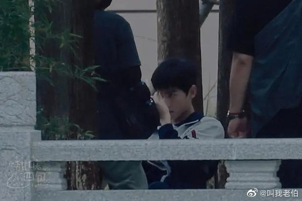 Dương Dương - Địch Lệ Nhiệt Ba diện đồ học sinh cực yêu ở phim trường nhưng netizen lại réo tên Trịnh Sảng - Ảnh 3.