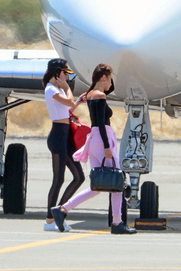 Siêu mẫu đắt giá Kendall Jenner thu về 12 triệu view với clip 10s khoe body, ai dè fan chỉ dán mắt vào phi cơ đằng sau - Ảnh 6.