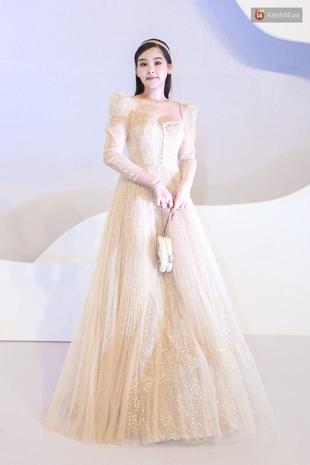 Linh Ka lần đầu diện váy xẻ ngực hun hút chặt đẹp các đàn chị, Quỳnh Anh Shyn - Đức Phúc đọ tóc dự show Chung Thanh Phong - Ảnh 4.