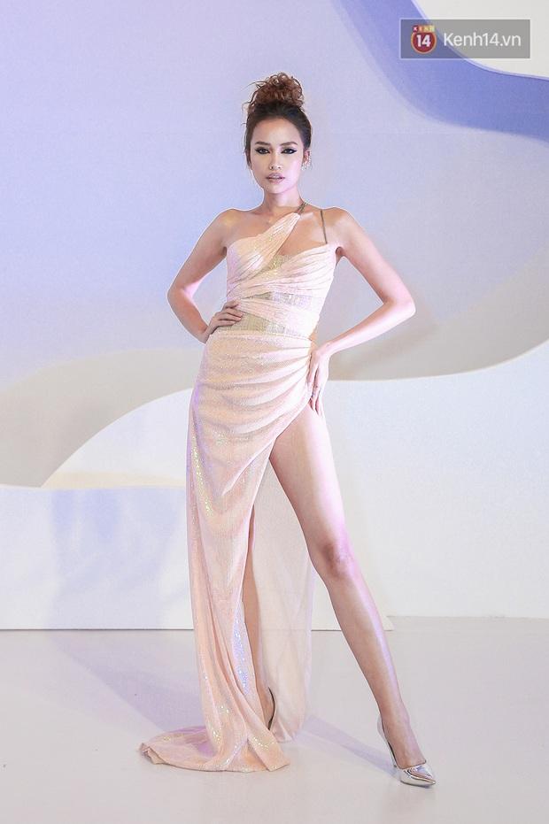 Linh Ka lần đầu diện váy xẻ ngực hun hút chặt đẹp các đàn chị, Quỳnh Anh Shyn - Đức Phúc đọ tóc dự show Chung Thanh Phong - Ảnh 5.