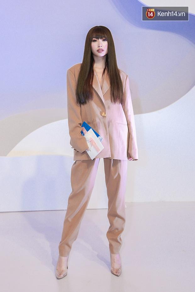 Linh Ka lần đầu diện váy xẻ ngực hun hút chặt đẹp các đàn chị, Quỳnh Anh Shyn - Đức Phúc đọ tóc dự show Chung Thanh Phong - Ảnh 7.