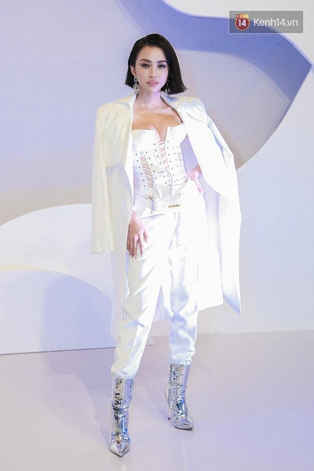 Linh Ka lần đầu diện váy xẻ ngực hun hút chặt đẹp các đàn chị, Quỳnh Anh Shyn - Đức Phúc đọ tóc dự show Chung Thanh Phong - Ảnh 9.