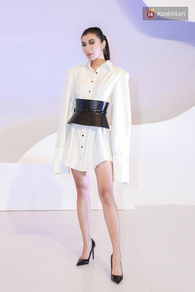 Linh Ka lần đầu diện váy xẻ ngực hun hút chặt đẹp các đàn chị, Quỳnh Anh Shyn - Đức Phúc đọ tóc dự show Chung Thanh Phong - Ảnh 10.