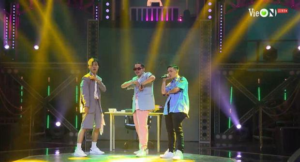 Binz đặt ra chủ đề về lương, bộ 3 thí sinh mở hẳn công ty để battle trên nền nhạc bolero khiến Wowy đứng hình - Ảnh 2.