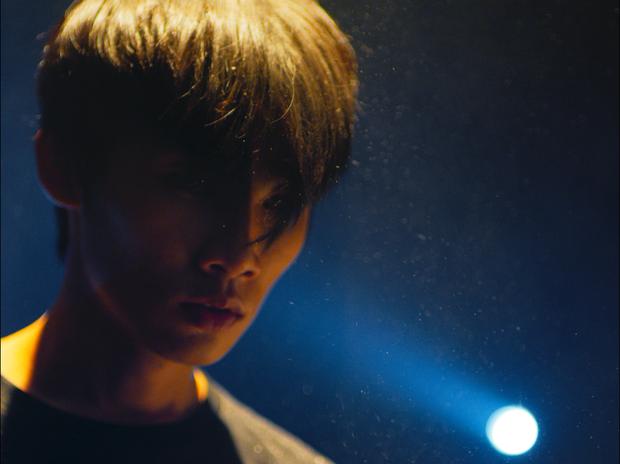 Cùng một ngày, Wowy đọc thơ trong phiên bản mới ca khúc nhạc phim Ròm, Trương Quỳnh Anh ra MV đầu tư hoành tráng - Ảnh 5.
