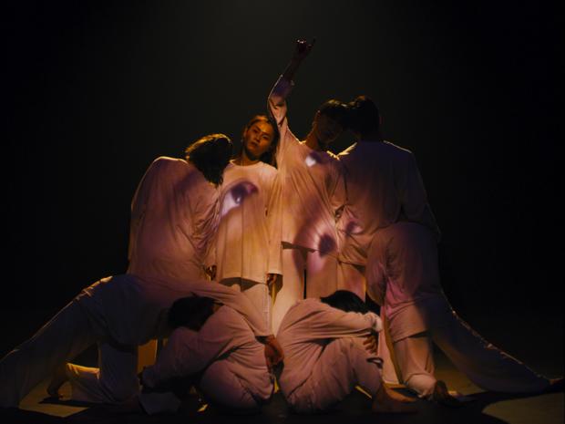 Cùng một ngày, Wowy đọc thơ trong phiên bản mới ca khúc nhạc phim Ròm, Trương Quỳnh Anh ra MV đầu tư hoành tráng - Ảnh 4.