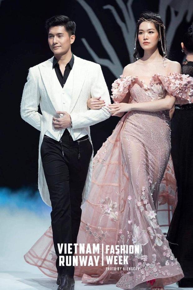 Bắt gặp Lệ Quyên lẻ bóng đi xem tình tin đồn diễn show với Hoa hậu Thuỳ Dung sau ồn ào bơ đẹp chồng đại gia - Ảnh 3.
