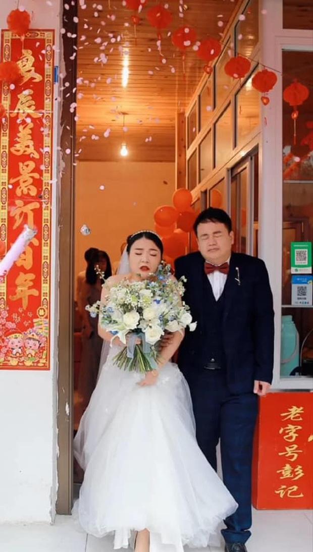 Nhờ người yêu cũ chụp hộ ảnh cưới, cặp đôi ngán ngẩm nhận về ngàn lần niềm đau với những bức ảnh chán đời không tả - Ảnh 1.