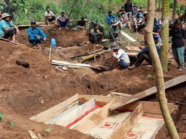 Vụ sạt lở kinh hoàng khiến 8 người tử vong ở Trà Vân: 4 người trong 1 gia đình đều tử nạn, hình ảnh nấm mồ chung khiến nhiều người xót xa - Ảnh 1.