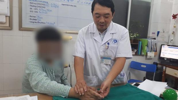 Hà Nội: Chuyển ngón chân làm... ngón tay cho nam thanh niên 17 tuổi bị tai nạn lao động - Ảnh 1.