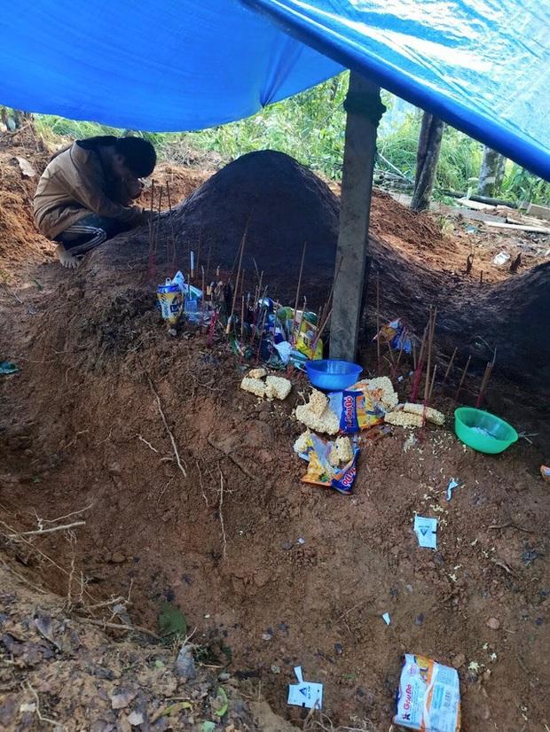 Nữ sinh Quảng Nam gục khóc bên mộ cha mẹ sau vụ sạt lở, nhà trường chia sẻ hoàn cảnh đau lòng - Ảnh 1.