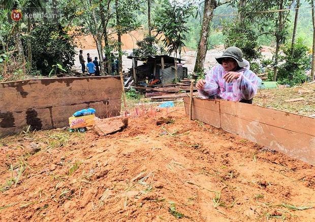 Ông lão lục tìm tấm ảnh gia đình tại hiện trường vụ lở núi ở Trà Leng: Cả nhà 8 người, con cháu của tôi chết hết rồi... - Ảnh 2.