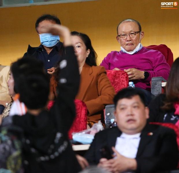Chuyên gia Nhật Bản bất ngờ vì được HLV Park Hang-seo mời đồ ăn khi đi xem V.League - Ảnh 5.