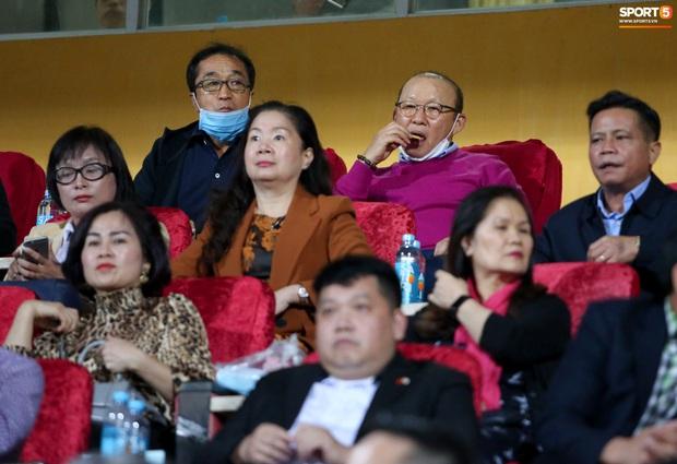 Chuyên gia Nhật Bản bất ngờ vì được HLV Park Hang-seo mời đồ ăn khi đi xem V.League - Ảnh 4.