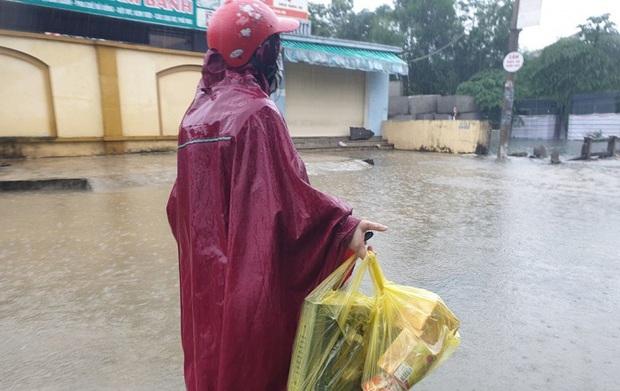 Nước ngập vẫn chưa có dấu hiệu giảm, dân gọi điện nhờ tiếp tế bánh mì chống đói - Ảnh 2.
