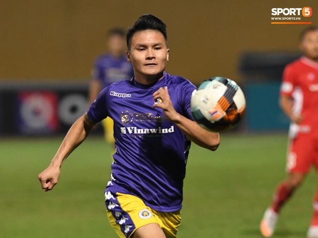 Quang Hải biểu diễn kỹ năng đỡ bóng không cần nhìn cực điệu nghệ, đi bóng khiến hàng thủ Viettel FC hỗn loạn - Ảnh 1.