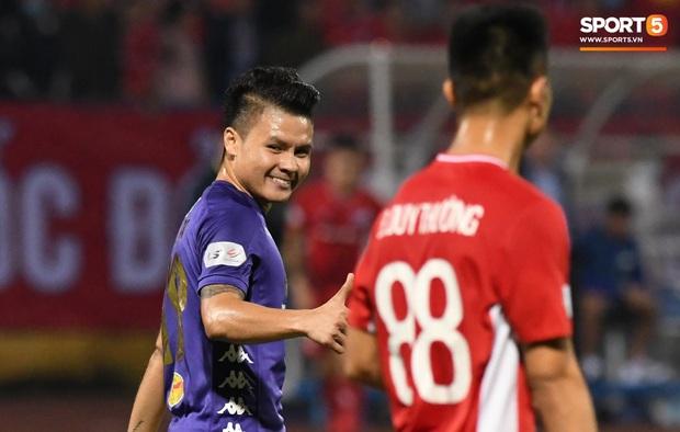 Quang Hải biểu diễn kỹ năng đỡ bóng không cần nhìn cực điệu nghệ, đi bóng khiến hàng thủ Viettel FC hỗn loạn - Ảnh 9.