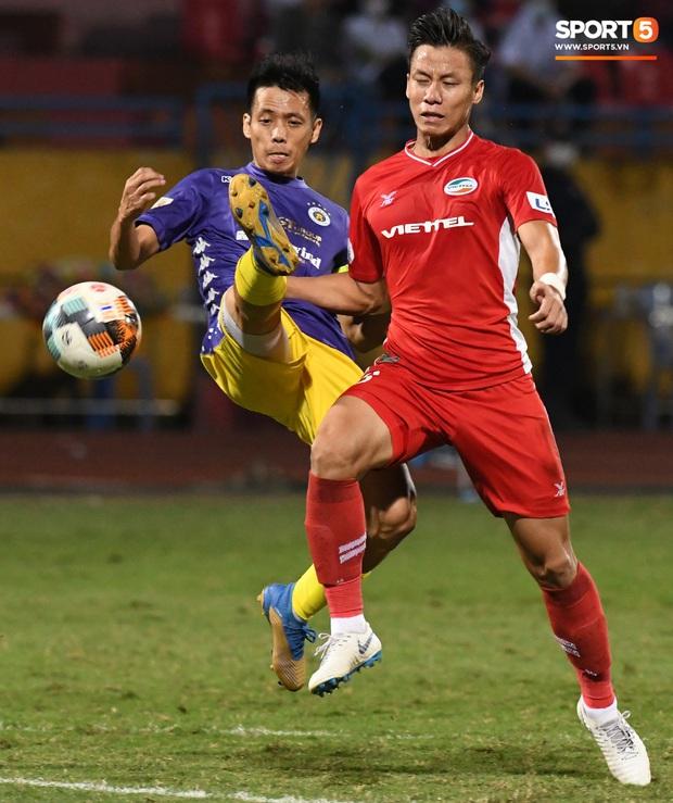 Quang Hải biểu diễn kỹ năng đỡ bóng không cần nhìn cực điệu nghệ, đi bóng khiến hàng thủ Viettel FC hỗn loạn - Ảnh 7.