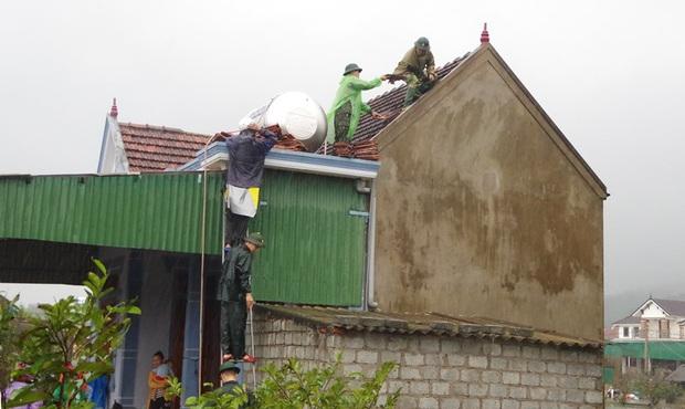 Hà Tĩnh: Lốc xoáy thổi tốc mái hàng chục nhà dân - Ảnh 3.