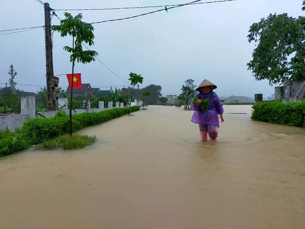 Hà Tĩnh: Lốc xoáy thổi tốc mái hàng chục nhà dân - Ảnh 4.