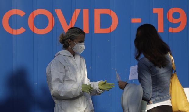 Hơn 45,2 triệu người mắc COVID-19 trên thế giới, nhiều nước châu Âu tái áp đặt cách ly - Ảnh 2.