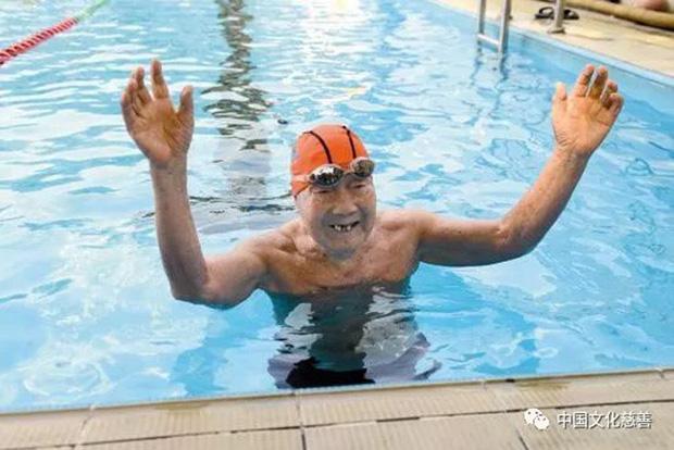 99 tuổi vẫn bơi sương sương 15km không cần nghỉ, bác sĩ chia sẻ 3 bí quyết sống lâu tránh xa bệnh tật - Ảnh 2.