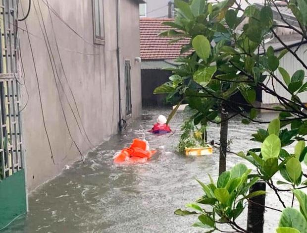 Cận cảnh lực lượng chức năng bơi vào giải cứu người ra khỏi căn nhà ngập sâu ở thành phố Vinh - Ảnh 3.