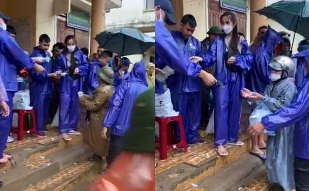 Thực hư việc Thuỷ Tiên trao tiền từ thiện ở Quảng Bình, cán bộ đến từng nhà thu lại - Ảnh 1.