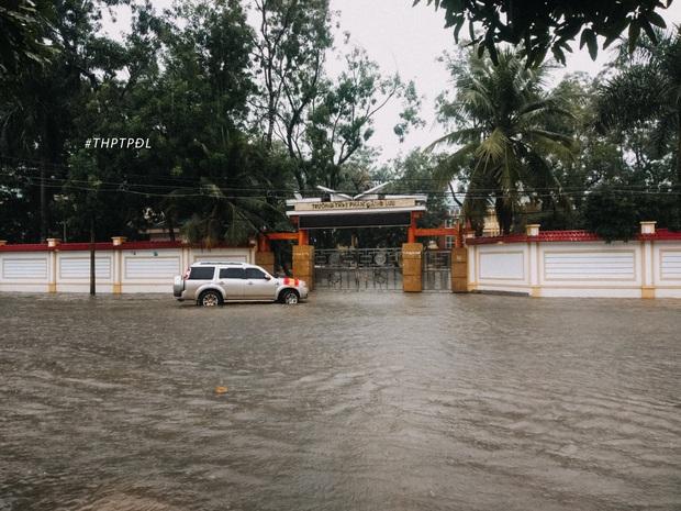 Mưa lớn nhiều ngày biến trường học Nghệ An thành bể bơi, có chỗ ngập sâu cả mét - Ảnh 1.