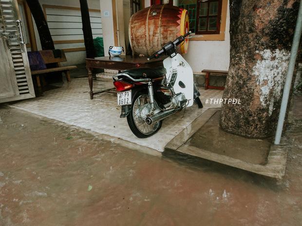 Mưa lớn nhiều ngày biến trường học Nghệ An thành bể bơi, có chỗ ngập sâu cả mét - Ảnh 2.