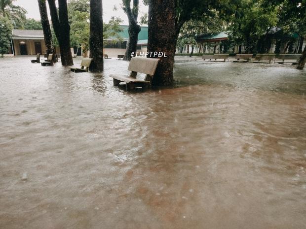 Mưa lớn nhiều ngày biến trường học Nghệ An thành bể bơi, có chỗ ngập sâu cả mét - Ảnh 4.