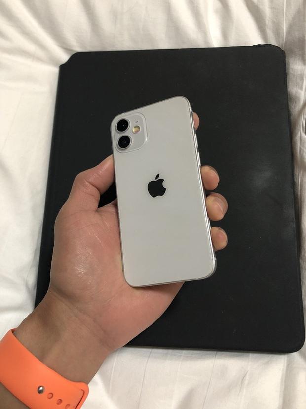 Video hài hước: Đập hộp iPhone 12 mini đúng nghĩa, nhỏ đúng bằng 1 đốt ngón tay - Ảnh 4.