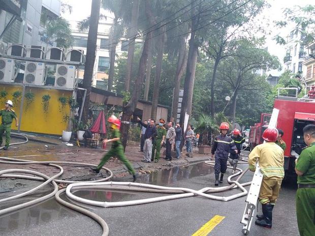 Hà Nội: Cháy lớn tại quán lẩu nổi tiếng trên phố Dịch Vọng Hậu, cột khói bốc cao hàng chục mét - Ảnh 3.
