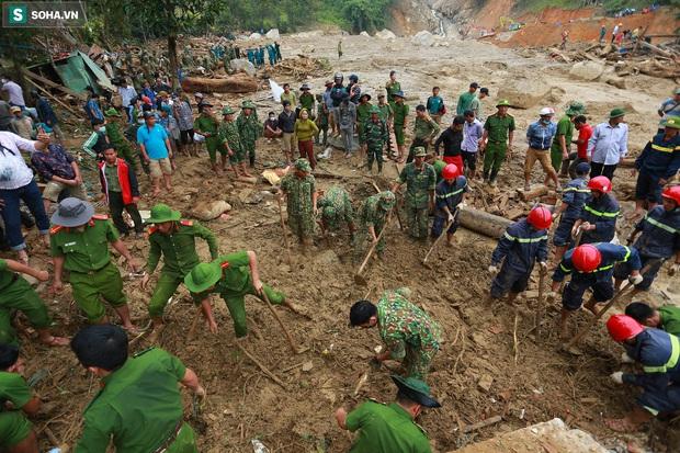Ảnh: Dân làng khóc nghẹn khi tìm thấy bé trai 10 tháng tuổi dưới lớp bùn đất vụ sạt lở ở Trà Leng - Ảnh 1.