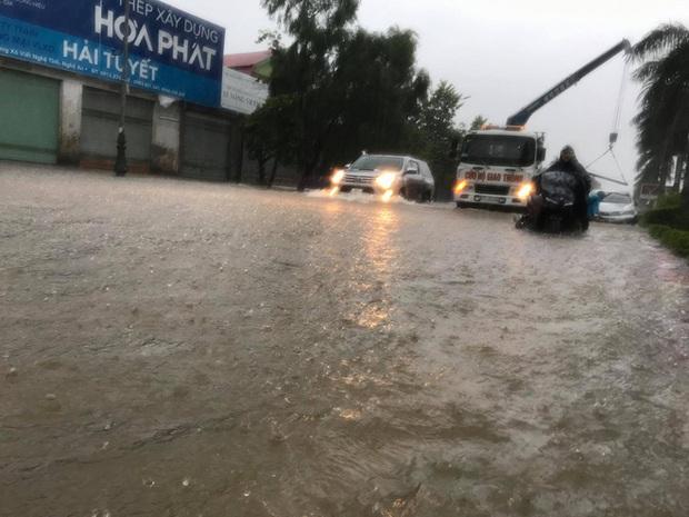 Cận cảnh lực lượng chức năng bơi vào giải cứu người ra khỏi căn nhà ngập sâu ở thành phố Vinh - Ảnh 13.