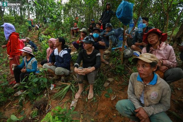 Ảnh: Dân làng khóc nghẹn khi tìm thấy bé trai 10 tháng tuổi dưới lớp bùn đất vụ sạt lở ở Trà Leng - Ảnh 11.