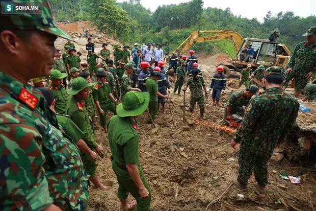 Ảnh: Dân làng khóc nghẹn khi tìm thấy bé trai 10 tháng tuổi dưới lớp bùn đất vụ sạt lở ở Trà Leng - Ảnh 12.