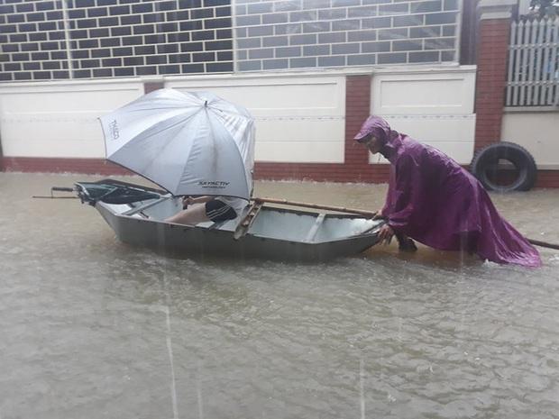 Cận cảnh lực lượng chức năng bơi vào giải cứu người ra khỏi căn nhà ngập sâu ở thành phố Vinh - Ảnh 15.