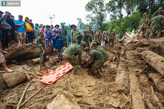 Ảnh: Dân làng khóc nghẹn khi tìm thấy bé trai 10 tháng tuổi dưới lớp bùn đất vụ sạt lở ở Trà Leng - Ảnh 13.